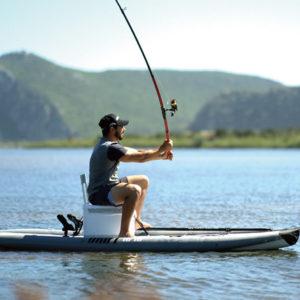 stand up paddle pêche canne moulinet leurre lancer casquette pêcheur