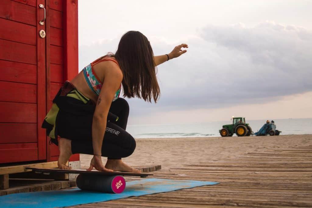 Balance board au bord de la plage sur un tapis