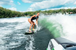 bateau wakesurf eau vague surf planche board rider femme